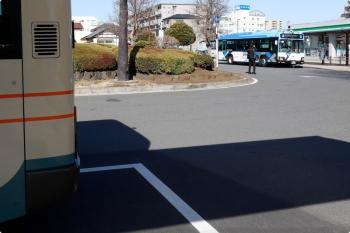 2021年2月23日 9時44分頃。飯能駅南口。降車し、留置スペースへ入った、実験用車両の西武バス(奥)。
