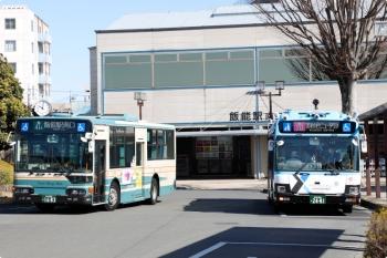 2021年2月23日 10時2分頃。飯能駅南口。右が自動運転実証実験の美杉台ニュータウンゆき、左は通常の西武バス。