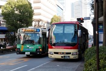 2021年2月27日 15時半頃。池袋。長電バスの長野ゆき高速バスと都バスの並び。