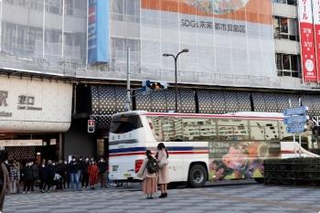 2021年2月27日 15時半頃。池袋。駅前を通る会津バス。