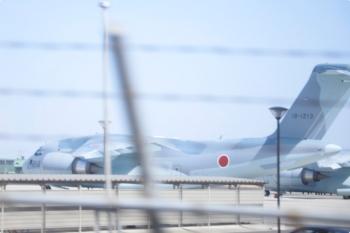 2021年2月27日 11時半頃。武蔵藤沢〜稲荷山公園駅間。上り列車の車内から見えた入間基地内のRC-2の2機。