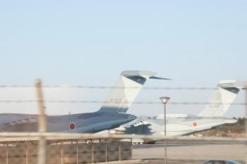 2021年2月27日 16時半頃。武蔵藤沢〜稲荷山公園駅間。下り列車の車内から見えた入間基地内のRC-2の2機。