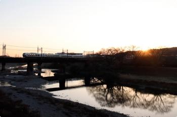 2021年2月28日。仏子〜元加治駅間。001系の64レ。日の出です。