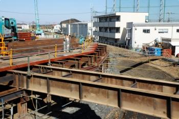2021年2月28日 13時半頃。武蔵藤沢〜稲荷山公園駅間。上り列車から見た不老川の護岸工事現場。