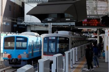 2021年2月28日。所沢。6番線で発車を待つ1251F(潮風)+263F(左)と、5番ホームから発車した東急4101Fの1811レ。