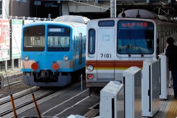 2021年2月28日。所沢。6番線で発車を待つ1251F(潮風)+263F(左)と、5番ホームから発車したメトロ7001Fの6575レ。