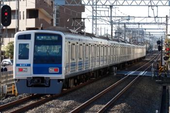 2021年3月3日 8時11分頃。武蔵藤沢。6107Fの各停 新木場ゆき(06M運用)。3710レ(38M)のスジを走行中。