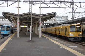 2021年3月5日 6時36分頃。西所沢。左が1251Fの6107レ、右が所沢駅6番線へ向かう263Fの上り回送列車。