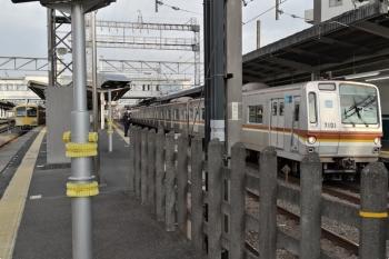 2021年3月5日。西所沢。左は263Fの6117レ、右はメトロ7001Fの4556レ(55S運用)。