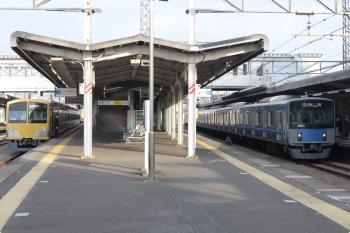 2021年3月5日。西所沢。左は263Fの6117レ、右は20101Fの通勤急行 2506レ。