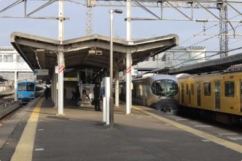 2021年3月5日。西所沢。左から、1251Fの6116レ、001系の下り回送列車、2069F+2465Fの2110レ。