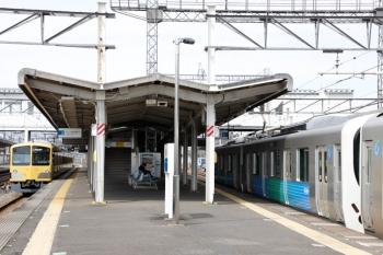 2021年3月6日。西所沢。左が、引き上げ線から2番ホームへ戻り6133レとして発車する263F。