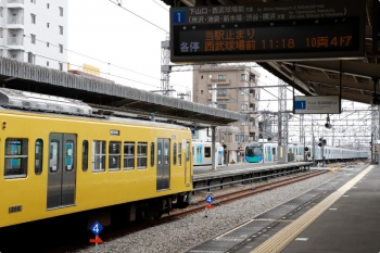 2021年3月7日。西所沢。左が263Fの6131レ。奥で池袋線の40000系・上下列車がすれ違い。