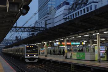 2021年3月8日 6時22分頃。池袋。クハE209-2125ほか6連の回送列車(左)。右は電車区から出庫してきた山手線のE235系。