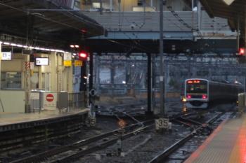 2021年3月8日 6時24分頃。池袋。北へ発車したクハE209-2125ほか6連の回送列車(左)。