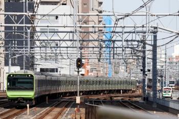 2021年3月11日 10時30分頃。秋葉原。E235系の山手線 外回り列車(左)。