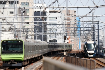2021年3月11日 10時36分頃。秋葉原。上野東京ラインを通過するE261系(右)と、E235系の山手線 外回り列車(左)。