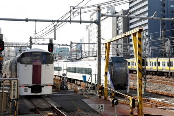 2021年3月11日 8時49分頃。新宿。中央線のE353系やE231系?の横を通って南へ回送される215系。