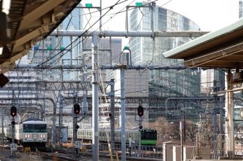 2021年3月11日 9時25分頃。東京。185系の「湘南ライナー12号」(左)と、E235系の山手線 内回り電車。
