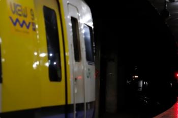2021年3月11日 9時44分頃。東京駅地下ホーム。右奥がトンネル内を走行する215系の回送列車。左が特急「しおさい号」のE255系(まだ乗車は始まっていません)。
