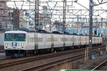 2021年3月11日 7時14分頃。鶴見。185系の「おはようライナー新宿22号」と思います。東京方は「湘南ライナー」の幕が引っかかったような状態。