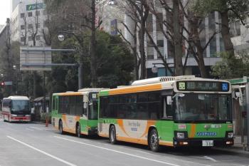 2021年3月12日 8時過ぎ。池袋駅東口の前。手前から、渋谷ゆき、練馬区方面ゆき(のはず)の都バスと、千曲バスの高速バス。