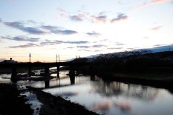 2021年3月14日 5時57分頃。仏子〜元加治駅間。日の出前の太陽光が雲に反射し、水面に映ってました。