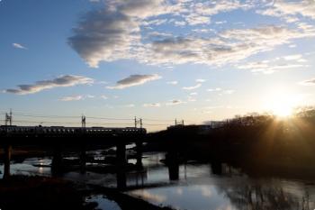2021年3月14日 6時17分頃。仏子〜元加治駅間。001系の下り回送列車。日の出です。
