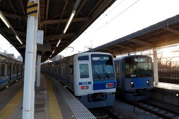 2021年3月14日。入間市。右から、4番ホームを通過する20153Fの上り回送列車、6114Fの14M運用・1715レ、20102Fの3105レ。