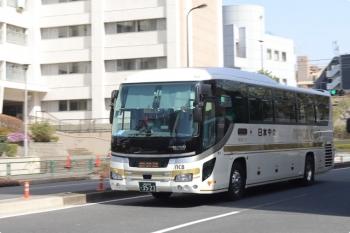 2021年3月18日。高田馬場駅近くの新目白通り。日本中央バスの群馬県方面ゆき高速バス。