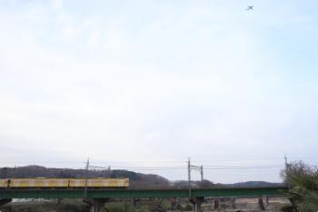 2021年3月19日。仏子〜元加治駅間。N2000系2+8連の4101レの上を、アメリカ軍の横田基地か福生基地から離陸した飛行機が飛んでいました。(右上)