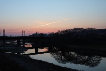 2021年3月27日 5時32分頃。仏子〜元加治駅間。日の出前の飛行機雲。