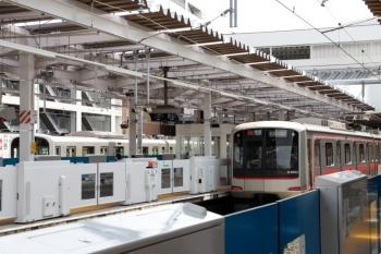 2021年3月27日 12時46分頃。所沢。4番ホームから発車した東急4102Fの7311レ。左奥は6番線で停車中の30000系の回送列車。