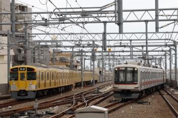 2021年3月28日 9時1分頃。石神井公園。左が5605レで到着後に下り方へ回送される2079F。右は東急 4101Fの6806レ。