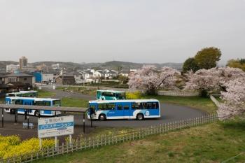 2021年4月1日。元加治。駅の跨線橋から見た駿河大学ゆきのバス停。4台止まってました。