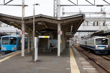 2021年4月1日 6時35分頃。西所沢。右が所沢駅へ向かう1241Fの上り回送列車。左は1251Fの6107レ。