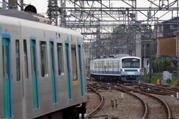 2021年4月1日 6時47分頃。西所沢。所沢駅6話線で折り返し2番ホームへ入る1241Fの下り回送列車(右奥)。左は40000系の4652レ。