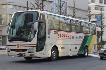 2021年4月2日 6時半頃。東京メトロ・雑司が谷駅近くの明治通り。三重交通の夜行高速バス。