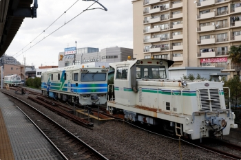 2021年4月3日。東長崎。4番ホーム横の保守用車の待機線。手前から、いつもいるモーターカー、「Rail Inspection Car No.3」、「Dr. Multi」。