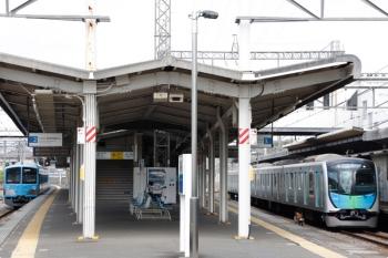 2021年4月4日。西所沢。2番ホームから発車する1251Fの6125レ(左)と、4番ホームを通過する40102FのS-Train 元町中華街ゆき402レ。