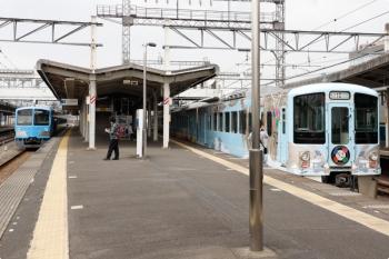 2021年4月4日。西所沢。1251Fの6139レ(左)と、通過する4009Fの下り列車。