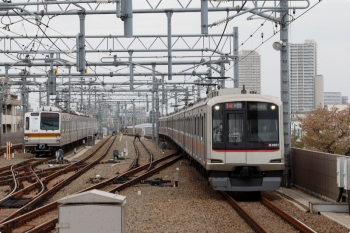 2021年4月4日。石神井公園。右が東急4001Fの1812レ、左はメトロ7009Fの11S運用・6610レ。