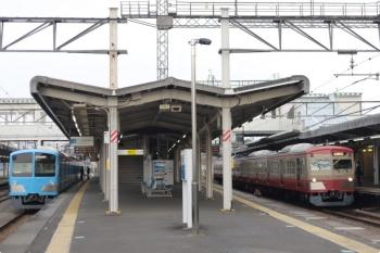 2021年4月7日 6時37分頃。西所沢。右が、4番ホームを通過する1259Fの上り回送列車。左は1251F(潮風号)の6107レ。