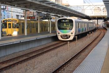 2021年4月8日 5時51分頃。保谷。右が2番ホームへ上り回送列車で到着した38114F。