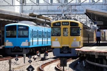 2021年4月10日 11時40分頃。西所沢。1251Fの6133レ(左)と、6140レで到着後に引き上げ線へ入る2465F+2071F。