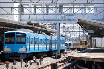 2021年4月10日。西所沢。1251Fの6133レ(手前)と、4009Fの下り列車、引き上げ線へ入る2465F+2071F。