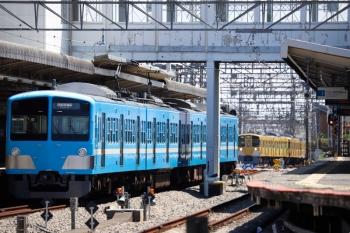 2021年4月10日 11時49分頃。西所沢。1251Fの6133レ(手前)と、引き上げ線から3番ホームへ入る2465F+2071Fの下り回送列車。