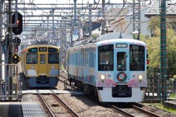 2021年4月11日。武蔵藤沢。4009F(52席)の下り列車(右)と2461F+2069Fの4122レ。
