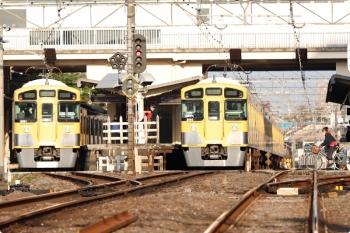 2021年4月12日 6時33分ころ。東伏見。2411F+2081Fの下り回送列車は2093F+2401Fの4605レに追い抜かれてました。