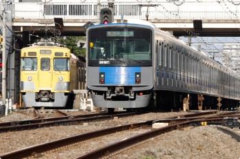 2021年4月12日。武蔵関〜東伏見。左が2413F+2007Fの5107レ。20107Fの2607レが追い抜き。